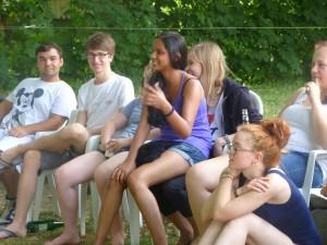 Nita, Baris und Joshua während eines interkulturellen Trainings
